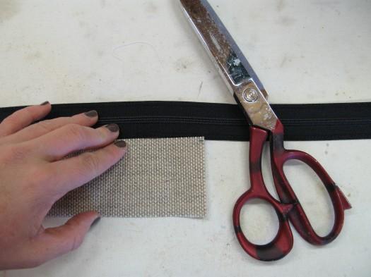Klipp glidelåsen i samme lengde som tekstilet