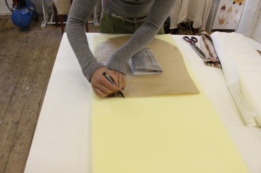 Lag en mal av papir som du kan legge over skumplasten