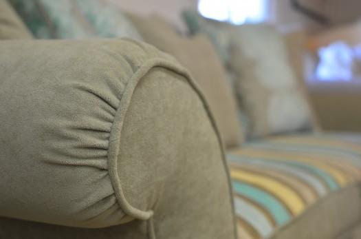 Sofaen omtrekt i 3 forskjellige farger og mønster
