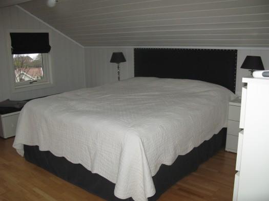 Sengegavl med matchende sengeskjørt, benkepyte og liftgardin