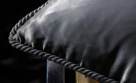 Nydelig snor på velur pute fra Zinctextile