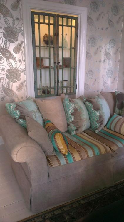 3 forskjellige tekstiler på samme sofa