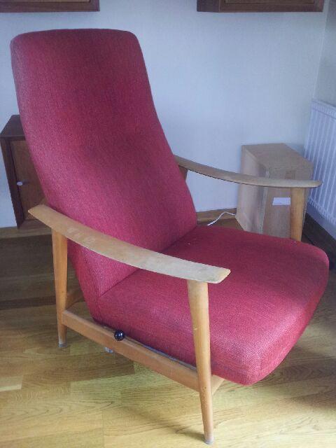50-talls stol i rødt ullstoff