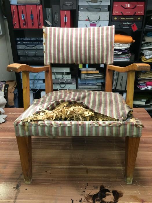 Sliten, bortglemt stol før omtrekking