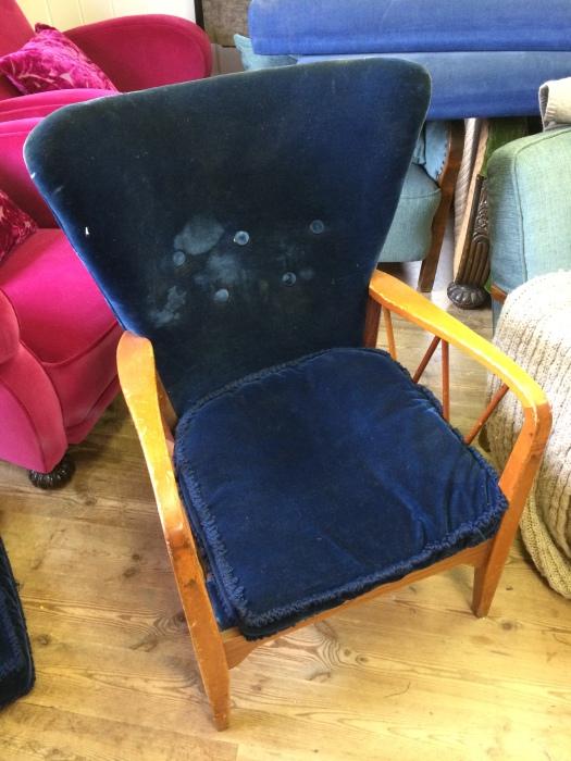 """""""Før"""" bildet av 50-talls stol i blå velur"""